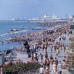 Promenade_and_beach_in_Sochi